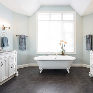Großes Shabby-Look Badezimmer En Suite mit Unterbauwaschbecken, verzierten Schränken, weißen Schränken, Quarzwerkstein-Waschtisch, Löwenfuß-Badewanne, grauen Fliesen, blauen Fliesen, farbigen Fliesen, blauer Wandfarbe, Eckdusche, grauem Boden, Falttür-Duschabtrennung, Stäbchenfliesen und Schieferboden in Minneapolis