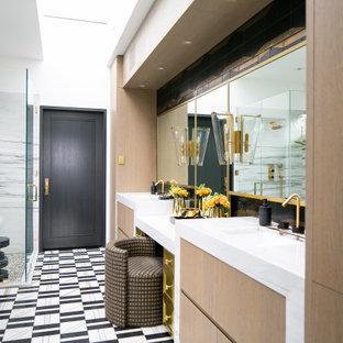 Idee per una stanza da bagno contemporanea con ante lisce, ante in legno chiaro, pareti bianche, lavabo sottopiano, pavimento multicolore, top bianco e due lavabi