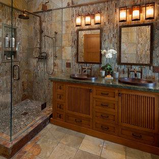Свежая идея для дизайна: главная ванная комната среднего размера в восточном стиле с накладной раковиной, фасадами островного типа, фасадами цвета дерева среднего тона, столешницей из гранита, угловым душем, каменной плиткой, разноцветными стенами, полом из сланца, коричневой плиткой и серой плиткой - отличное фото интерьера