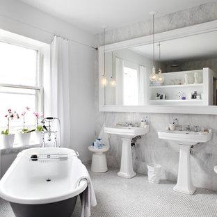 トロントのコンテンポラリースタイルのおしゃれな浴室 (猫足浴槽、ペデスタルシンク) の写真