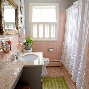 Modelo de cuarto de baño bohemio, pequeño, con lavabo bajoencimera, puertas de armario grises, encimera de granito, bañera empotrada, baldosas y/o azulejos rosa, baldosas y/o azulejos de cerámica, paredes grises, suelo de baldosas de cerámica, combinación de ducha y bañera y ducha con cortina