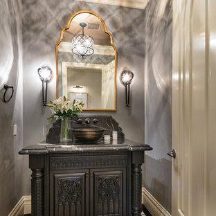 Стильный дизайн: огромная ванная комната в средиземноморском стиле с фасадами островного типа, темными деревянными фасадами, черно-белой плиткой, фиолетовыми стенами, полом из мозаичной плитки, настольной раковиной, мраморной столешницей и разноцветным полом - последний тренд
