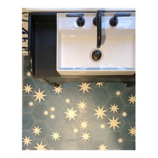 Esempio di una piccola stanza da bagno bohémian con consolle stile comò, ante nere, pareti blu, pavimento in cementine, lavabo a consolle e pavimento blu