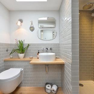 Idee per una stanza da bagno classica con doccia aperta, WC sospeso, piastrelle grigie, piastrelle diamantate, pareti bianche, pavimento in legno massello medio, lavabo a bacinella, top in legno, doccia aperta e top beige