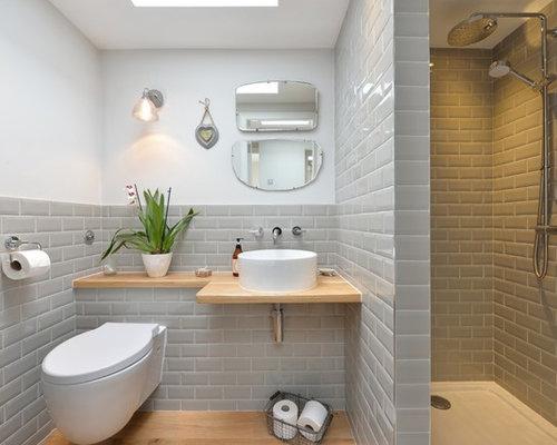 Salle de bain avec un carrelage m tro et un wc suspendu for Salle de bain avec wc suspendu