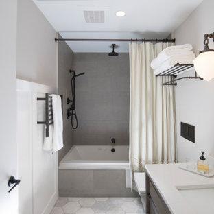 Идея дизайна: маленькая ванная комната в классическом стиле с плоскими фасадами, фасадами цвета дерева среднего тона, ванной в нише, душем над ванной, инсталляцией, серой плиткой, керамогранитной плиткой, серыми стенами, полом из керамогранита, врезной раковиной, столешницей из кварцита, серым полом, шторкой для душа, белой столешницей, тумбой под одну раковину, подвесной тумбой и панелями на стенах