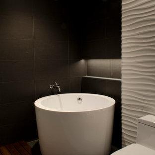 Diseño de cuarto de baño principal, moderno, grande, con armarios con paneles lisos, puertas de armario de madera en tonos medios, bañera japonesa, ducha abierta, sanitario de una pieza, baldosas y/o azulejos de cemento, paredes blancas, suelo de madera oscura, lavabo integrado y encimera de acrílico