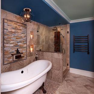 Ejemplo de cuarto de baño principal, contemporáneo, pequeño, con bañera con patas, ducha esquinera, suelo de baldosas tipo guijarro y paredes azules