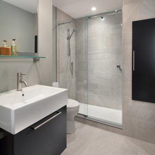 Foto di una stanza da bagno con doccia minimal di medie dimensioni con ante lisce, ante nere, WC monopezzo, piastrelle beige, piastrelle in ceramica, pareti grigie, pavimento con piastrelle in ceramica, doccia alcova e lavabo a bacinella
