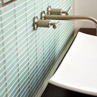Ispirazione per una piccola stanza da bagno con doccia minimal con lavabo rettangolare, top in legno, piastrelle blu, piastrelle di vetro e pavimento in legno massello medio