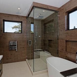Пример оригинального дизайна интерьера: большая главная ванная комната в стиле модернизм с плоскими фасадами, фасадами цвета дерева среднего тона, отдельно стоящей ванной, душем в нише, раздельным унитазом, коричневыми стенами и полом из линолеума