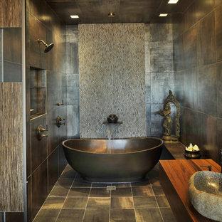 Cette photo montre une salle de bain asiatique avec une baignoire indépendante, carrelage en mosaïque, une vasque, un plan de toilette en bois et un plan de toilette marron.