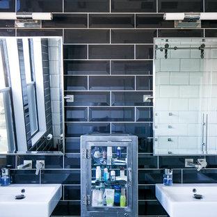 Diseño de cuarto de baño con ducha, urbano, de tamaño medio, con armarios tipo mueble, puertas de armario con efecto envejecido, ducha esquinera, sanitario de pared, baldosas y/o azulejos de cemento, suelo de cemento, lavabo suspendido, suelo gris y ducha con puerta corredera