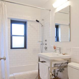 Ispirazione per una piccola stanza da bagno padronale classica con vasca ad alcova, vasca/doccia, piastrelle bianche, pareti bianche, pavimento con piastrelle a mosaico, lavabo a consolle, doccia con tenda, WC a due pezzi, piastrelle in ceramica e pavimento grigio