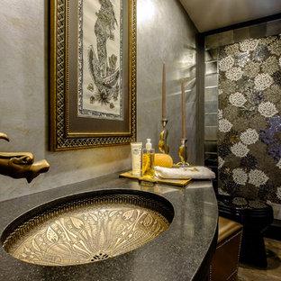 Foto di una piccola stanza da bagno bohémian con lavabo sottopiano, ante lisce, ante nere, top in granito, piastrelle a specchio, pareti multicolore e pavimento in legno massello medio