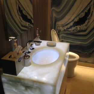 Foto di una stanza da bagno padronale contemporanea di medie dimensioni con ante lisce, ante in legno bruno, WC monopezzo, piastrelle bianche, piastrelle nere, pareti marroni, pavimento con piastrelle in ceramica, lavabo sospeso, piastrelle di marmo, top in onice e pavimento beige