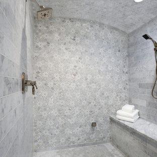 Imagen de cuarto de baño bohemio, de tamaño medio, con armarios estilo shaker, puertas de armario azules, ducha doble, sanitario de una pieza, baldosas y/o azulejos grises, baldosas y/o azulejos de mármol, paredes beige, suelo de mármol, lavabo bajoencimera, encimera de mármol, suelo gris, ducha con puerta con bisagras y encimeras grises