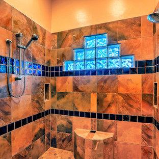 Mittelgroßes Mediterranes Badezimmer En Suite mit flächenbündigen Schrankfronten, hellbraunen Holzschränken, Eckbadewanne, offener Dusche, farbigen Fliesen, Keramikfliesen, gelber Wandfarbe, Schieferboden, Unterbauwaschbecken, Granit-Waschbecken/Waschtisch, buntem Boden, offener Dusche und brauner Waschtischplatte in Albuquerque