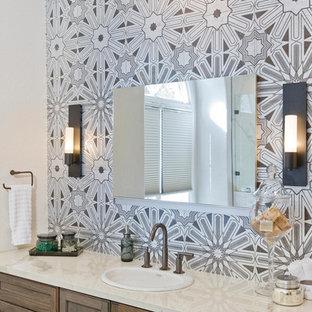 Новый формат декора квартиры: большая главная ванная комната в современном стиле с фасадами с утопленной филенкой, искусственно-состаренными фасадами, отдельно стоящей ванной, душем в нише, инсталляцией, серой плиткой, терракотовой плиткой, врезной раковиной и столешницей из искусственного кварца