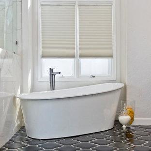 Großes Modernes Badezimmer En Suite mit Schrankfronten mit vertiefter Füllung, Schränken im Used-Look, freistehender Badewanne, Duschnische, Wandtoilette, grauen Fliesen, Terrakottafliesen, Unterbauwaschbecken und Quarzwerkstein-Waschtisch in San Diego