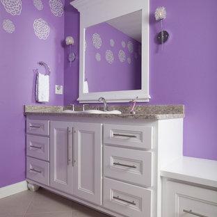 Diseño de cuarto de baño infantil, minimalista, con armarios con paneles empotrados, puertas de armario blancas, paredes púrpuras, lavabo encastrado y encimera de granito