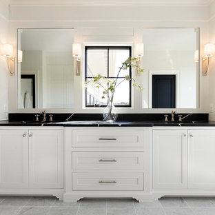 Inredning av ett maritimt mycket stort svart svart en-suite badrum, med vita skåp, klinkergolv i keramik, bänkskiva i kvarts, grått golv och skåp i shakerstil