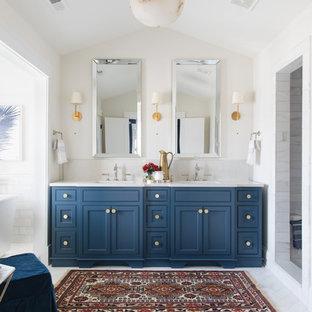 Idee per una stanza da bagno padronale chic con ante in stile shaker, ante blu, vasca freestanding, doccia alcova, piastrelle grigie, piastrelle bianche, piastrelle di marmo, pareti bianche, pavimento in marmo, lavabo sottopiano, pavimento grigio e doccia aperta