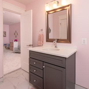 Immagine di una stanza da bagno per bambini chic di medie dimensioni con ante in stile shaker, ante grigie, WC a due pezzi, piastrelle bianche, pareti rosa, lavabo sottopiano, top bianco, pavimento in gres porcellanato, top in quarzo composito e pavimento bianco