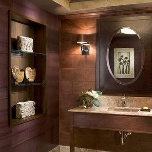 Ispirazione per una stanza da bagno classica con lavabo sottopiano, nessun'anta, ante in legno bruno, piastrelle marroni e pareti marroni