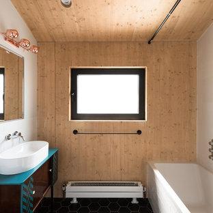 Mittelgroßes Asiatisches Badezimmer mit flächenbündigen Schrankfronten, braunen Schränken, Einbaubadewanne, Aufsatzwaschbecken und schwarzem Boden in London