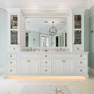 Esempio di una grande stanza da bagno padronale tropicale con ante a filo, ante bianche, top in quarzite, top beige, due lavabi e mobile bagno incassato