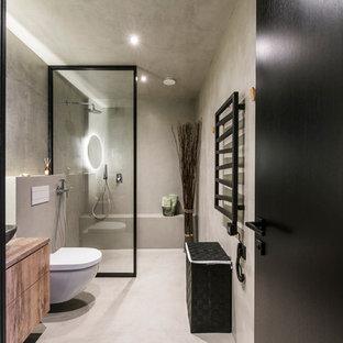 Foto di una stanza da bagno minimal con ante lisce, ante marroni, zona vasca/doccia separata, WC sospeso, piastrelle di cemento, pareti grigie, pavimento in cemento, lavabo sospeso, top in legno, pavimento grigio e doccia aperta