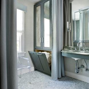 Ejemplo de cuarto de baño clásico renovado, de tamaño medio, con armarios estilo shaker, puertas de armario verdes, paredes beige, suelo con mosaicos de baldosas y lavabo bajoencimera