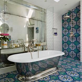 Ispirazione per una grande stanza da bagno boho chic con pavimento turchese