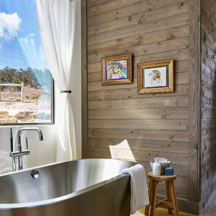 Immagine di una stanza da bagno tradizionale con vasca freestanding, pareti rosse e pavimento marrone