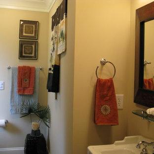 Ejemplo de cuarto de baño con ducha, asiático, pequeño, con lavabo tipo consola, bañera encastrada, sanitario de una pieza, baldosas y/o azulejos marrones, paredes beige, suelo con mosaicos de baldosas, baldosas y/o azulejos de cerámica, armarios abiertos, puertas de armario blancas, combinación de ducha y bañera y encimera de vidrio
