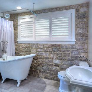 Diseño de cuarto de baño infantil, romántico, pequeño, con puertas de armario blancas, bañera con patas, combinación de ducha y bañera, sanitario de una pieza, baldosas y/o azulejos grises, baldosas y/o azulejos de porcelana, paredes grises, suelo de baldosas de porcelana, lavabo con pedestal y armarios tipo mueble