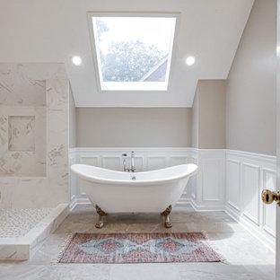 Inredning av ett klassiskt mellanstort grå grått en-suite badrum, med skåp i shakerstil, vita skåp, ett badkar med tassar, en öppen dusch, en toalettstol med hel cisternkåpa, grå kakel, porslinskakel, grå väggar, klinkergolv i porslin, ett undermonterad handfat, bänkskiva i kvarts, grått golv och med dusch som är öppen