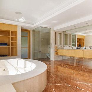 Réalisation d'une très grand salle de bain principale design avec des portes de placard en bois clair, un bain bouillonnant, une douche d'angle, un WC à poser, du carrelage en marbre, un mur blanc, un sol en marbre, un lavabo intégré, un plan de toilette en terrazzo, un sol beige et une cabine de douche à porte battante.