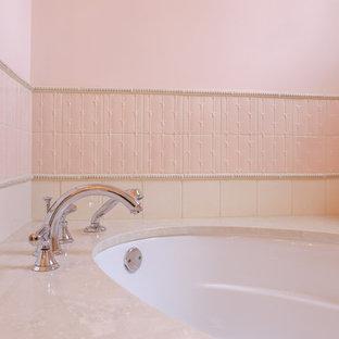 シャーロットの中サイズのトラディショナルスタイルのおしゃれな子供用バスルーム (インセット扉のキャビネット、白いキャビネット、アンダーマウント型浴槽、コーナー設置型シャワー、分離型トイレ、ピンクのタイル、磁器タイル、ピンクの壁、磁器タイルの床、アンダーカウンター洗面器、大理石の洗面台) の写真
