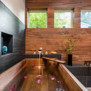 Idéer för vintage en-suite badrum, med svart kakel, brun kakel, ett fristående badkar, en dusch i en alkov, porslinskakel, beige väggar, klinkergolv i porslin, beiget golv och dusch med gångjärnsdörr