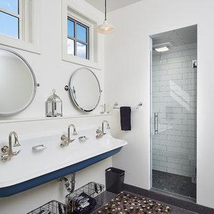Imagen de cuarto de baño infantil, marinero, con ducha empotrada, baldosas y/o azulejos blancos, baldosas y/o azulejos de cerámica, paredes blancas, lavabo de seno grande y ducha con puerta con bisagras