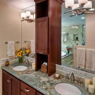 Bild på ett funkis turkos turkost badrum, med granitbänkskiva, tunnelbanekakel och ett undermonterad handfat