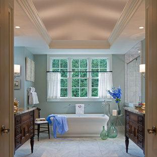 Immagine di un'ampia stanza da bagno padronale tradizionale con ante con riquadro incassato, vasca freestanding, doccia a filo pavimento, pareti blu, pavimento in marmo, lavabo sottopiano e top in granito