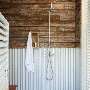 他の地域の小さいビーチスタイルのおしゃれな浴室 (濃色木目調キャビネット、オープン型シャワー、コンクリートの床、開き戸のシャワー) の写真