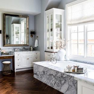 Ispirazione per una grande stanza da bagno padronale tradizionale con ante in stile shaker, ante bianche, piastrelle grigie, piastrelle bianche, piastrelle di marmo, pareti grigie, parquet scuro, top in marmo, pavimento marrone e vasca sottopiano