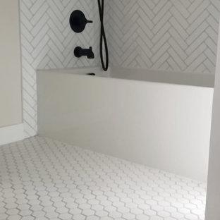 Foto de cuarto de baño infantil, retro, de tamaño medio, con puertas de armario de madera clara, bañera encastrada, baldosas y/o azulejos azules, baldosas y/o azulejos de porcelana, encimera de cuarcita y encimeras blancas