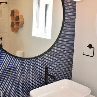 Modelo de cuarto de baño infantil, vintage, de tamaño medio, con puertas de armario de madera clara, bañera encastrada, baldosas y/o azulejos azules, baldosas y/o azulejos de porcelana, encimera de cuarcita y encimeras blancas