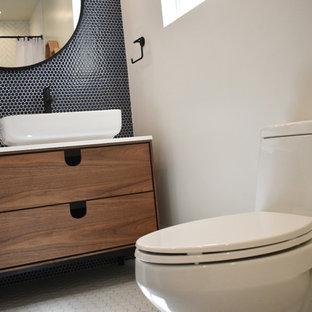 Idee per una stanza da bagno per bambini moderna di medie dimensioni con ante in legno chiaro, vasca da incasso, piastrelle blu, piastrelle in gres porcellanato, top in quarzite e top bianco