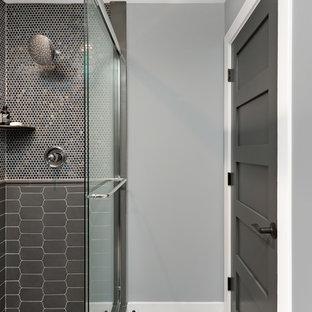 Foto di una stanza da bagno tradizionale con doccia ad angolo, piastrelle marroni, piastrelle grigie, piastrelle a mosaico, pareti grigie, pavimento beige e porta doccia scorrevole